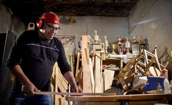 Alfonso Pintos en su carpintería