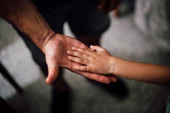 Un padre y su hijo se dan la mano