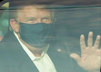 El presidente de Estados Unidos, Donald Trump, salió a saludar a simpatizantes que lo esperaban fuera del hospital donde estaba internado por coronavirus