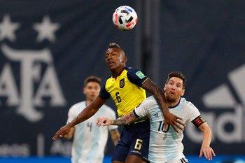 Pervis Estupiñan y Leo Messi
