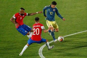 Rodríguez maniobra ante Vidal y Aránguiz