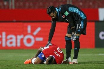 Camilo Vargas atiende a Arturo Vidal