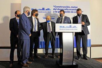 El presidente de la República, Luis Lacalle Pou, en un evento por el Día de la Construcción junto a las autoridades de la cámara