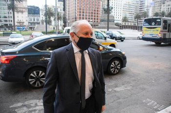 Archivo. El ministro Pablo Da Silveira llegando a Torre Ejecutiva