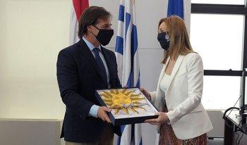 El presidente Luis Lacalle Pou le entrega el pabellón a la futura embajadora de Uruguay en España, Ana Teresa Ayala