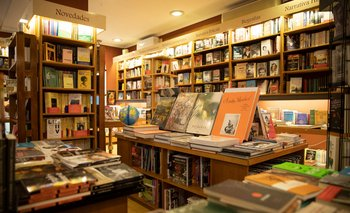 El primer capítulo trata sobre un emprendimiento que reúne a toda una familia en la librería El Virrey.