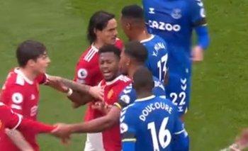 Edinson Cavani y Yerry Mina se pusieron cara a cara en pleno partido entre Manchester United y Everton