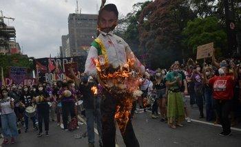 Manifestantes queman una imagen del presidente brasileño Jair Bolsonaro durante una protesta exigiendo su renuncia, en San Pablo