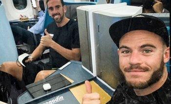 Nahitan Nández y Diego Godín ya viajan hacia Montevideo para sumarse desde el lunes a las prácticas de la selección nacional