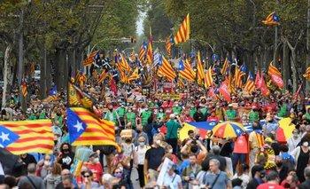 A cuatro años del referendum de independencia de Cataluña, que fue prohibido, miles de personas se manifestaron este domingo en Barcelona.