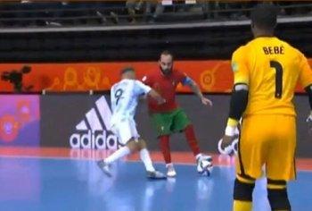 La piña en el estómago de Borruto a un portugués que le costó la expulsión en la final del Mundial de futsal