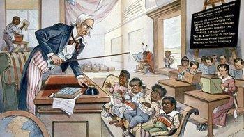 Caricatura de 1899 sobre la política estadounidense de enseñar inglés a sus nuevas colonias con niños de Filipinas, Hawái, Puerto Rico y Cuba en la primera fila