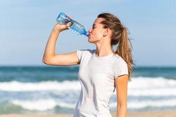 Es importante comenzar el ejercicio con un adecuado estado de hidratación y beber durante la actividad para limitar los déficits de agua y sales minerales