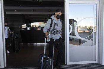 Suárez pasa la puerta del aeropuerto