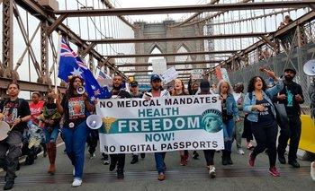 Cientos de antivacunas protestan en las calles de Nueva York