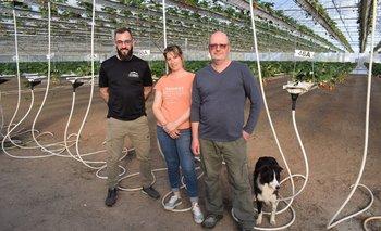 Marcelo, Laura y Fernando dentro del área de producción.