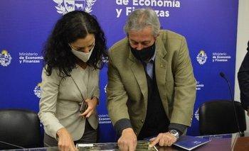 Arbeleche y Antía durante la firma del acuerdo.