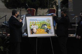 Rafael Navarrine, presidente del Correo Uruguayo, y Gonzalo Valdés, presidente de ARU, descubrieron el sello postal.