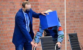 El anciano, acusado de crímenes nazi, escondió su rostro de la prensa con ayuda de una carpeta azul