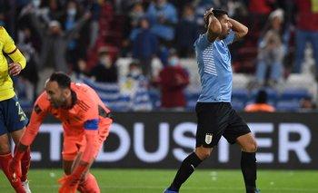 Luis Suárez sufre tras marrar uno de los tres goles que pudo convertir este jueves ante Colombia en el Parque