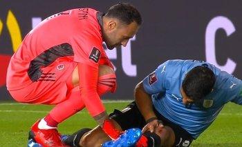 Suárez se tomó la rodilla golpeada y el arquero colombiano, David Ospina, trató de ayudarlo