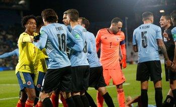 Viña yace en el piso y varios jugadores de Uruguay van sobre Juan Cuadrado por la falta que cometió