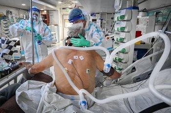 Alrededor de 1.600 rumanos esperan actualmente una plaza en cuidados intensivos, según el ministro del interior interino, Lucian Bode.