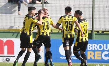 Maximiliano Pereira celebra su gol para el 1-0 ante Rentistas