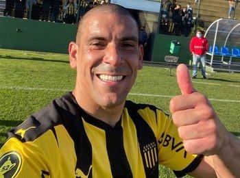 Maxi Pereira, con el dedito para arriba de Peñarol puntero en el Clausura y en la Anual