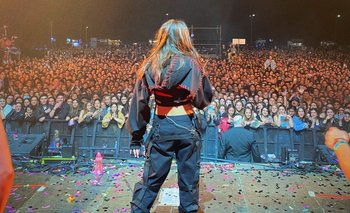 El show de María Becerra en el América Rockstars tuvo más de 4.000 personas sin distanciamiento