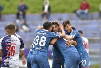 Armando Méndez celebra junto a sus compañeros, el segundo gol de Nacional que le dio el triunfo ante Fénix