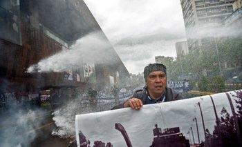 Un hombre indígena mapuche durante una protesta en el centro de Santiago, el 10 de octubre de 2021, en medio de la conmemoración del Día de la Raza