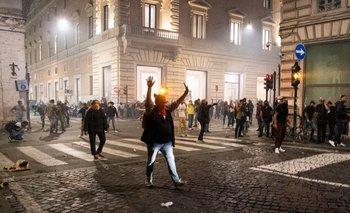 """Los manifestantes protestan contra el pase sanitario obligatorio llamado """"pase verde"""" con el objetivo de limitar la propagación del Covid-19, en el centro de Roma este sábado"""