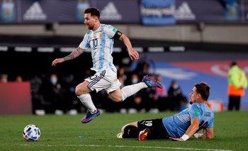 Sebastián Coates se tira a los pies de Lionel Messi