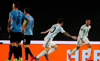 Messi va en busca de Nicolás González; no puede creer que su centro se haya transformado en el primer gol del clásico rioplatense