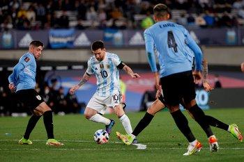 Messi rodeado de camisetas celestes igual hizo lo que quiso