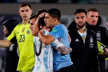 Abrazo entre Messi y Suárez, amigos
