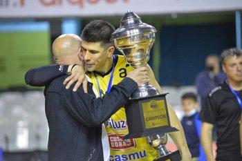 Cameselle le entrega la copa a Demian Álvarez