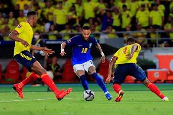 Neymar encara a Yerry Mina
