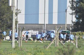 La selección uruguaya entrenó este martes en el Complejo de la AUF para preparar el partido ante Brasil del jueves, con Cavani como titular