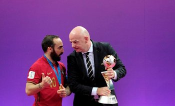 Infantino con el jugador portugués de futsal, Ricardinho