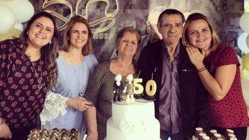 Irene (centro) y Norberto (a su izquierda) celebraron su 54 aniversario de bodas en mayo