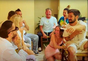 El anuncio a la familia Montaner en el clip de Índigo