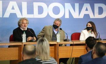 El intendente Antía, junto a los ejecutivos de Globant, Guibert Englebienne y Vivian Sauksteliskis.