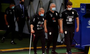 Tabárez ingresando al estadio de Manaos