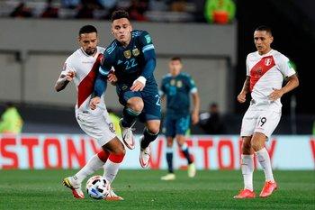 Lautaro Martínez supera a Alexander Callens
