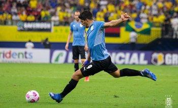 Luis Suárez patea el tiro libre ante Brasil y convertirá un golazo que no le sirvió esta vez a la celeste
