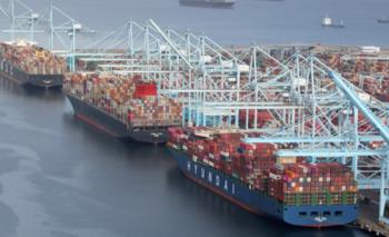 Decenas de buques con contenedores han estado esperando para descargar sus mercancías en puertos estadounidenses