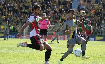 Joaquín Varela sale en largo marcado por Facundo Torres