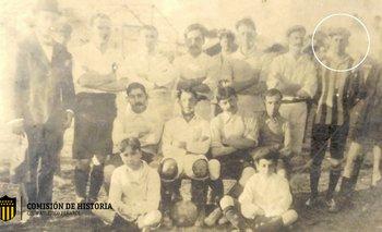 En 1910, el equipo de empleados de la Estación Central, y un nombre que se repite: Guillermo Davies. A su lado, casaca a rayas, Anibal Z. Falco quien obsequió la foto a Peñarol, en recuerdo de viejos buenos tiempos